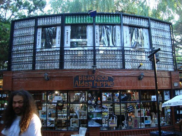 Frente de la Biblioteca de Aldea Hippie. Construcción hecha en parte con materiales reciclados